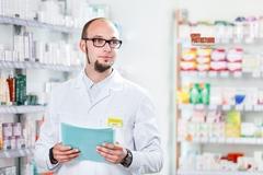 Выезд фотографа для рекламной постановочной фотосъемки реальных сотрудников на примере аптеки